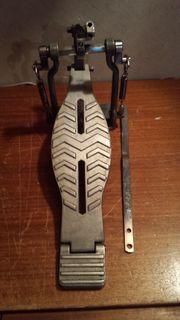 Biete reparaturbedürftige Vintage Fußmaschine von