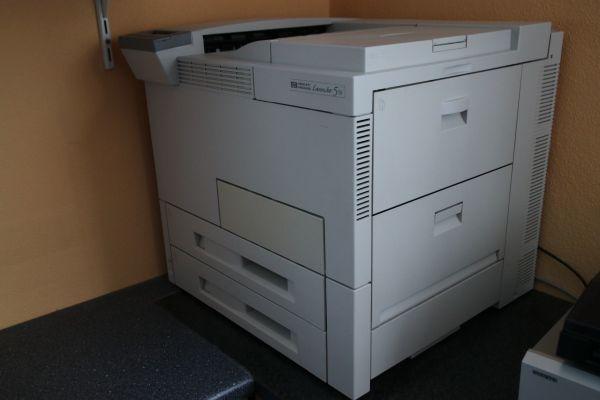 A3/A4-Laserdrucker schwarz/wei6 von HP, gebraucht - Brackenheim - A3/A4 Laserdrucker schwarz weißVerkaufe gebrauchten, gut erhaltenen schwarz-weiß Laserdrucker A3/A4 Hewlett Packard LaserJet 5si. Voll funktionstüchtig. Fast neuer Toner.Abzugeben aufgrund von Neuanschaffung eines Farbdruckers. War immer  - Brackenheim