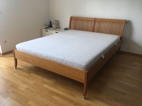 Doppelbett 160x200, Massivholz ink. Lattenroste und Matratze - München - Verkaufen unser gut erhaltenes, gepflegtes Doppelbett - inklusive zwei guten Lattenrosten und einer durchgehenden Latexmatratze (Überzüge frisch gewaschen). Das Bett entstammt einem Nichtraucherhaushalt ohne Haustiere. Sehr schöne Handwerksa - München