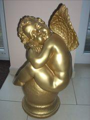 Großer goldfarbener Engel