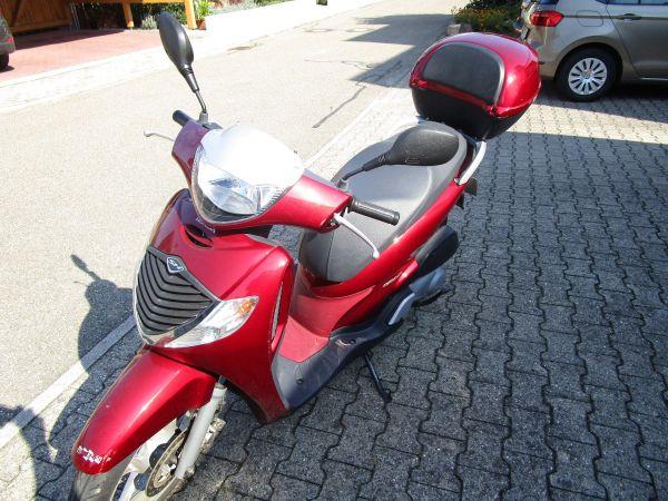 Honda-Motorroller SH125 in rot, 7900 Km, Erstzul. 04/2008, erste Hand - Durbach Ebersweier - Honda, SH 125, 10 kW, 7900 km, Bj. 01/2008, EZ 04/2008, rot, TÜV 04/2018, AU 04/2018, 1. Hand, Koffer, unfallfrei. Leider muss ich mich aus gesundheitlichen Gründen von dem guten Stück trennen. Es ist ein Garagen Roller, unfallfrei - Durbach Ebersweier