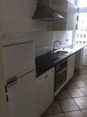 Küche mit Kühlschrank und Geschirrspüler