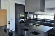 Graue, moderne Küche