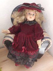 Puppe mit Sessel