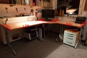 Schreibtischsystem mit höhenverstellbaren