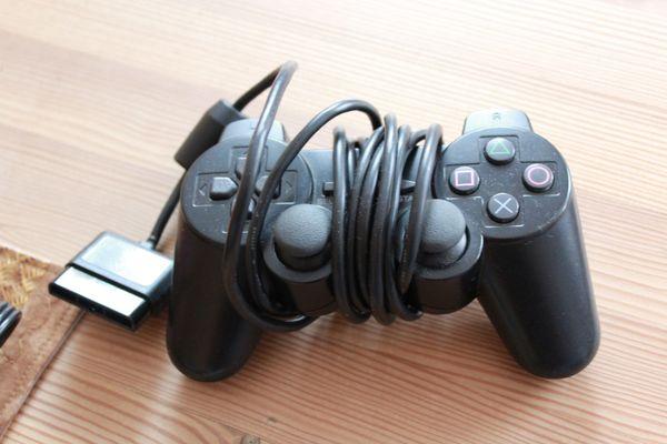 Playstation 2 mit Controler und