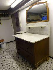 Antiker Waschtisch mit Spiegel und