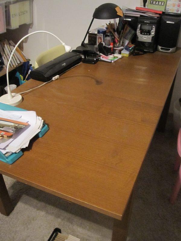 IKEA BJURSTA Esstisch braun zu verkaufen! - Oftersheim - Verkaufe einen IKEA BJURSTA Esstisch, Farbe braun für 60EUR. Zur Zeit wird er lediglich als Schreibtisch genutzt und ist auf den Bildern 1x ausgezogen. Er hat eine Macke an einem der Füße (siehe Bild). Maße: L: 1,40/1,80/2,20m, T: 84cm ,  - Oftersheim