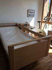 Pflegebett und Nachttisch