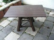 rustikaler Tisch für die Terrasse