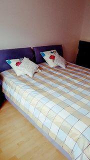 Doppelbett mit Tagesdecke /