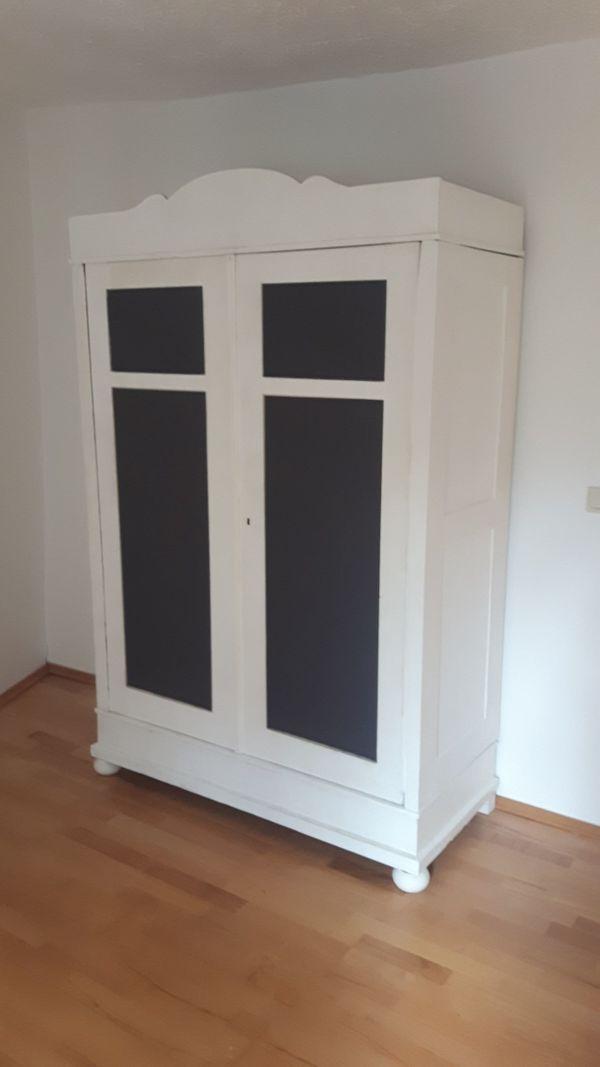 Antiker Alter Weißer Holzverkeilter Kleiderschrank