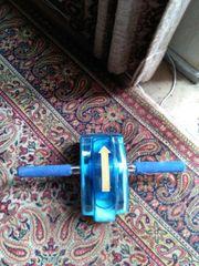 Ein blaues Sportgerät.