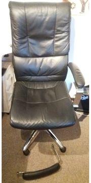 Hochfahrbarer Bürostuhl mit einer Armlehne