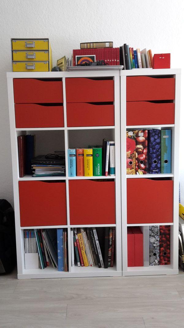 IKEA Regal - Nürnberg Gleißhammer - Regal Kallax, weiß mit roten Türen und Schubladen. Ca. 1 Jahr alt. Bestehend aus 2 Teilen. Jeweils 147 cm hoch und 39 cm tief. Ein Teil 77cm breit, das andere Teil 41 cm. An Selbstabholer. - Nürnberg Gleißhammer