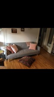 Graue Schlafcouch -Sofa im skandinavischen