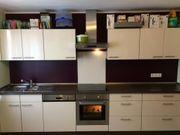 Jasminfarbene Küchenzeile mit Ceranfeld und