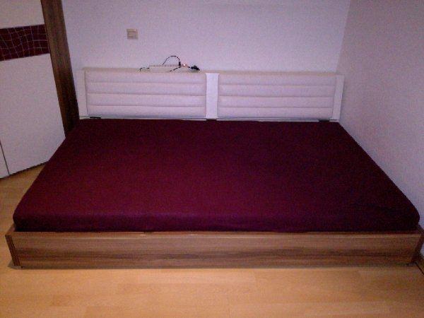 Hochwertiges Jugendbett 1, 20x2, 00 Meter + Bettkasten + Lattenrost - Heidelberg Kirchheim - Biete qualitativ hochwertiges Jugendbett von Kontiflex Starr, dass in Top Zustand ist. Duch die Rückenlehne in cremeweiss kann man das Bett tagsüber als Sofa benutzen. Der Korpus ist in einem Nussbaum Braun ohne Macken. Individuel - Heidelberg Kirchheim