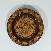 Geschnitzter, dekorierter Holzteller (