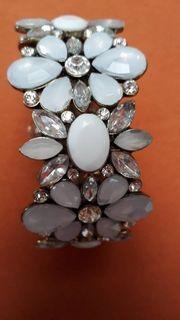 Armband mit Steinen in Blumenmuster