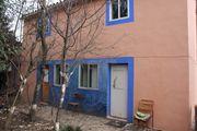 Kleines Haus in schönem Garten