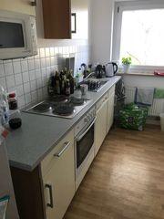 Küchenzeile mit allen Küchengeräten