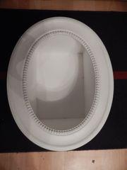 weißer ovaler Dekorahmen als Regal