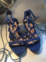 Blaue Sandalen zum