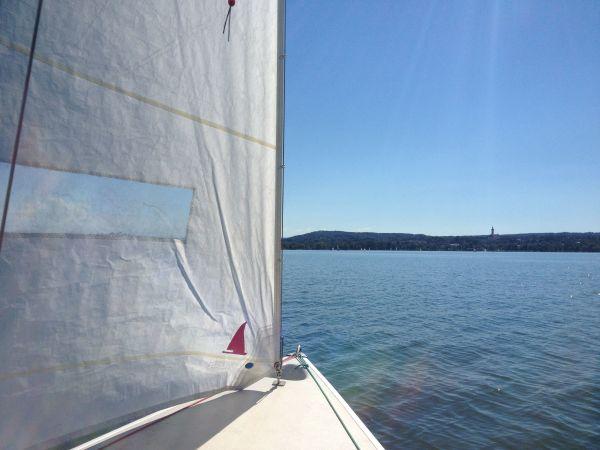 DYAS Segelboot mit Harbeck-Trailer - Herrsching - DYAS - Fritzmeier inkl. gut erhaltenen Harbeck-Trailer. Regatta- tauglich (Kielboot). Ein tolles sportliches Segelboot für Einsteiger und Fortgeschrittene durch den Tiefgang auch sicher und bei wenig Wind optimal! Länge = 7,2 m Breite = ca  - Herrsching